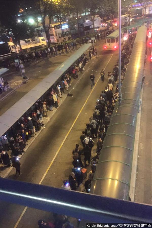 據網友發佈的圖片稱,下午6時15分,上水鐵路站小巴總站出現長長人龍,而站前的小巴受交通擠塞影響,無法疏導乘客。(Kelvin Edwardsiana/香港交通突發報料區)