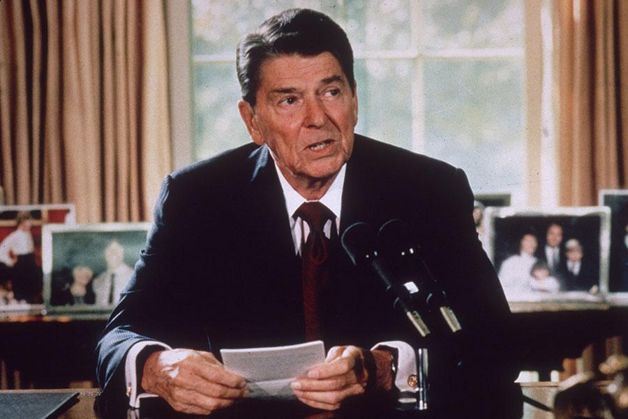 美國總統在感恩節發表宣言在美國歷史上由來已久。第一位在感恩節致辭的總統是華盛頓,但當時並未記載下來,直到林肯總統時期,他的感恩節宣言才開始被官方記錄。圖:1985年時的美國總統列根在白宮。(Hulton Archive/Getty Images)