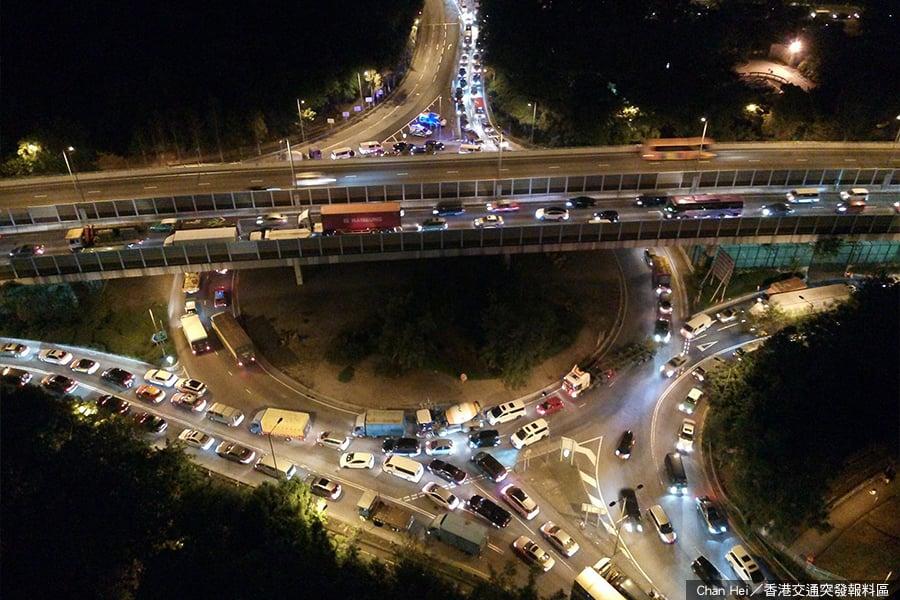 據網友發佈的圖片稱,下午6時45分,上水彩園邨迴旋處交通癱瘓。(Chan Hei/香港交通突發報料區)