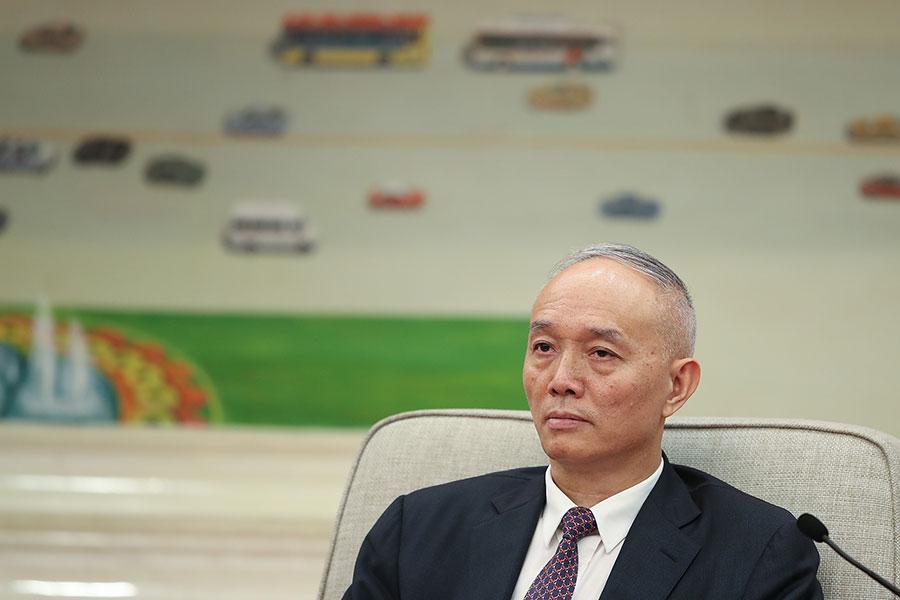 蔡奇在「十九大」期間把習近平說成「英明領袖」的表態,被王滬寧以「不妥」二字否定。圖為2017年10月19日蔡奇參加中共十九大北京代表團討論。(Lintao Zhang/Getty Images)