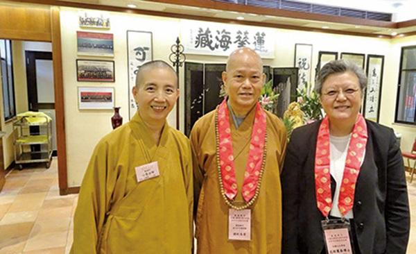 左起:釋心慧、釋健釗與港區人大代表兼人大常委會委員范徐麗泰合影。