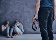 體罰可能對孩子產生負面影響,這種影響可能會在身體的疼痛消失之後還持續很長時間。(網絡圖片)