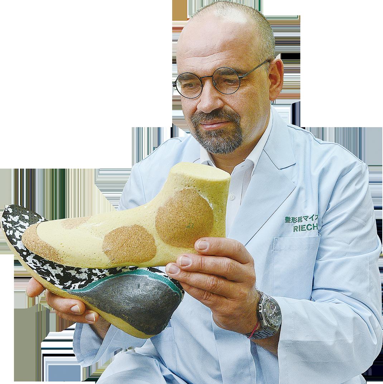 Karste手持定製足部矯形器,製作難度高,一定要和患者足部完美貼合而不傷患處,既能輔助患者找回全身平衡點正常行走,又能減輕痛楚。