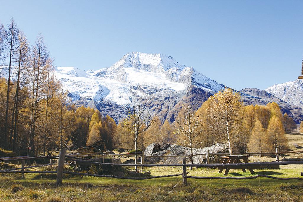 村莊在雪山腳下,雪山美景隨處可見。(龔簡/大紀元)