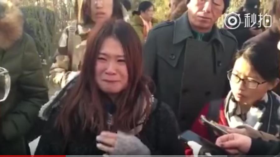 11月22日晚,北京紅黃藍幼兒園曝出虐童事件。事件更多細節曝光,有受害家長表示,得知消息後氣得全身發抖。圖為孩子家長在控訴老師虐童。(視像擷圖)