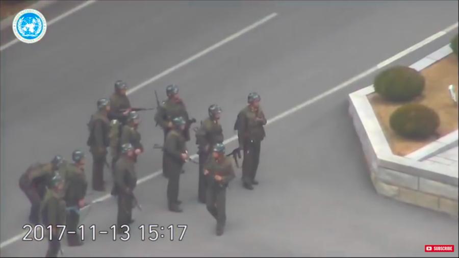 近日,一名士兵逃到南韓,金正恩下令撤換了北韓在板門店共同警備區的所有警備兵力。圖為在板門店追捕脫北士兵後集結的北韓士兵。(視像擷圖)