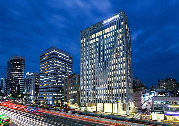這棟總共23層的醫療大樓上周初於首爾江南區落成,取代以前因不夠空間而發展成四棟不同樓房的醫療中心。(受訪者提供)