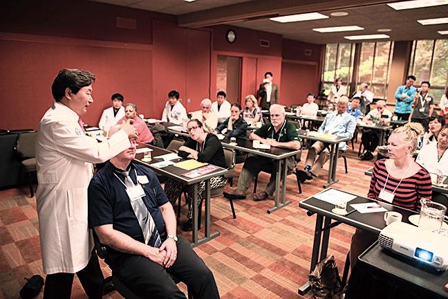申俊湜博士正在為美國的骨科專家進行講學。(受訪者提供)