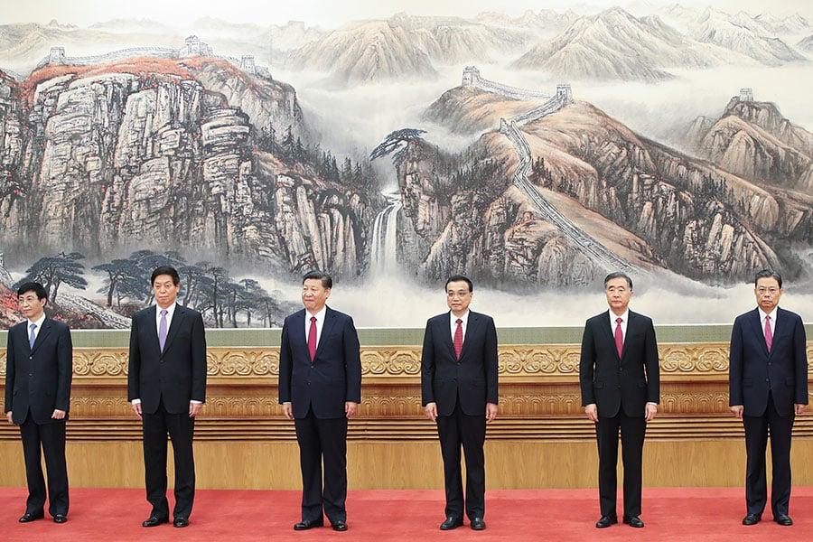 去年中共十九大上,習近平(左三)率領(左起)王滬寧、栗戰書、李克強、汪洋、趙樂際新一屆政治局常委與媒體見面。(Lintao Zhang/Getty Images)