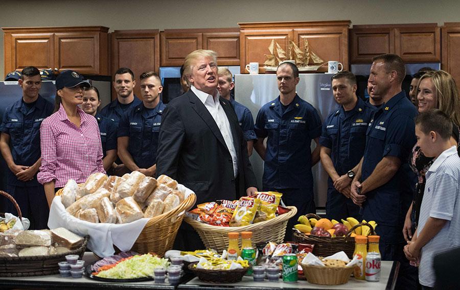 周二(11月21日),特朗普在白宮赦免兩隻火雞,這是美國總統在感恩節的一個傳統。(ANDREW CABALLERO-REYNOLDS/AFP/Getty Images)