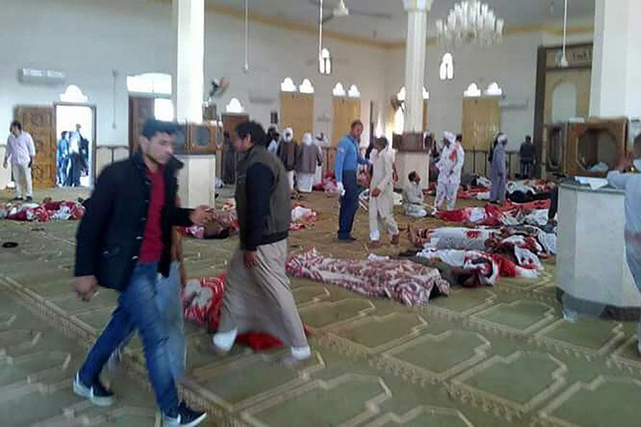 當地時間周五(11月24日),埃及北部西奈半島一個清真寺遭遇自殺式炸彈襲擊,造成至少235人死亡,若干人受傷。圖為傷者躺在清真寺地上等待救援。(STRINGER/AFP/Getty Images)