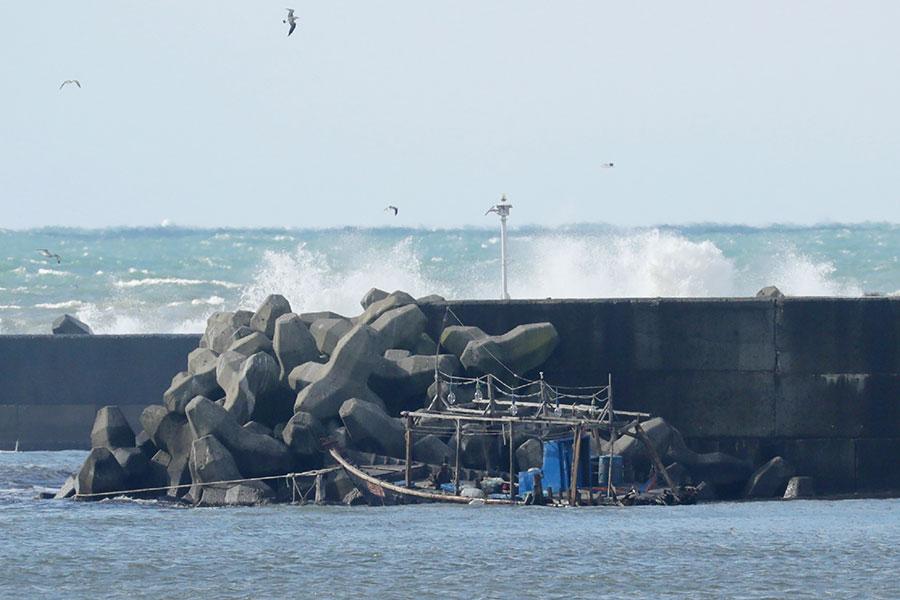 11月23日晚間,日本當局在北部海岸發現八名北韓男子,據初步調查,這八名男子是因搭乘的漁船破損,被沖上日本海岸。圖為該艘漁船被沖到日本海岸。(AFP/Getty Images)