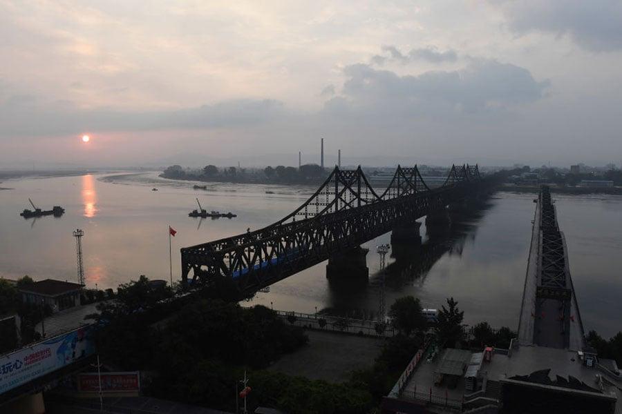 圖為位於遼寧省丹東市的中朝友誼橋。(GREG BAKER/AFP/Getty Images)