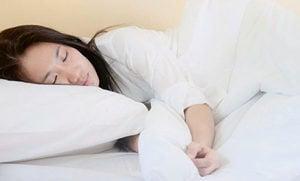 頭髮沒有吹乾就上床 如同跟「細菌」同睡