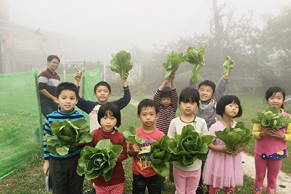 學生們開心收成自己親手種的蔬菜。(葉誼君提供)
