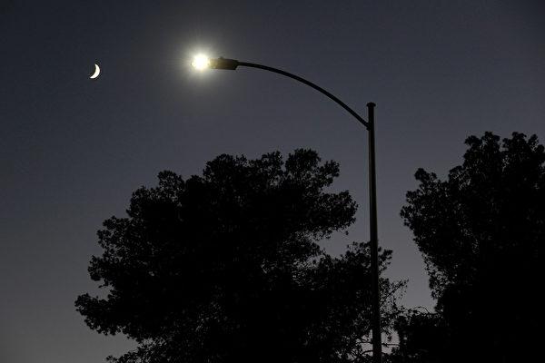 LED燈造成的光害問題越來越嚴重。圖為2011年8月3日,美國拉斯維加斯,LED燈取代現有的6,600盞路燈。(Ethan Miller/Getty Images)