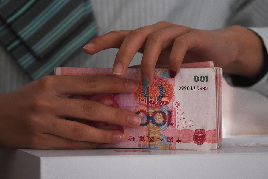 大陸警方說他們破獲了一個逃避北京金融控制、向海外走私200億元人民幣(30億美元)的團伙。(GREG BAKER/AFP/Getty Images)