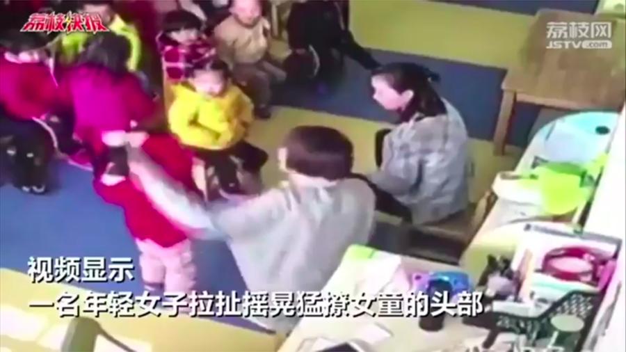 近來,大陸多地幼稚園驚爆虐童醜聞,引起公憤。(視像擷圖)