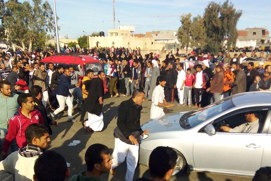 11月24日,埃及北西奈省(North Sinai)一座清真寺遭襲。25日,當局表示至少有305人罹難,且襲擊者手持伊斯蘭國(IS)旗幟。(AFP/Getty Images)