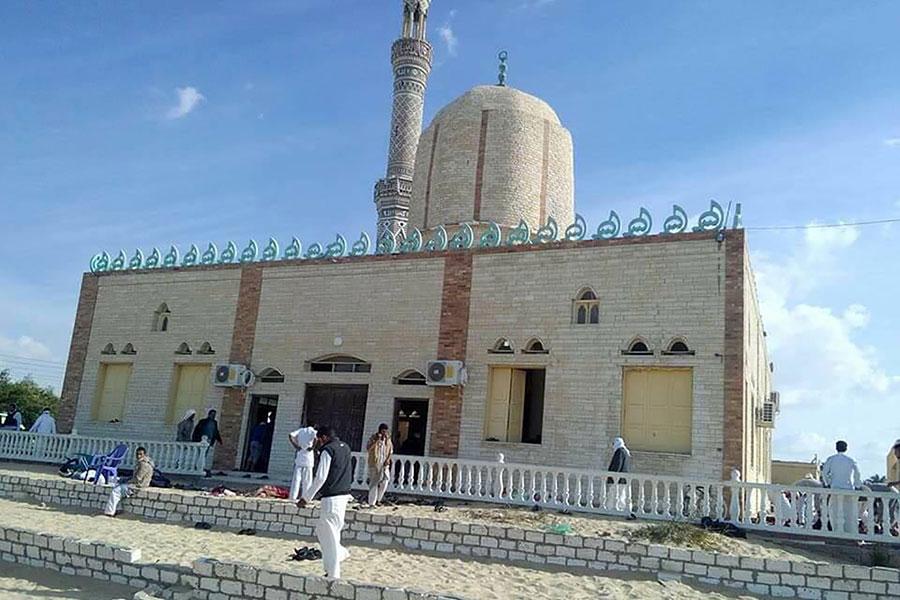 11月24日,埃及北西奈省(North Sinai)一座清真寺遭襲。25日,當局表示至少有305人罹難,且襲擊者手持伊斯蘭國(IS)旗幟。(STRINGER/AFP/Getty Images)