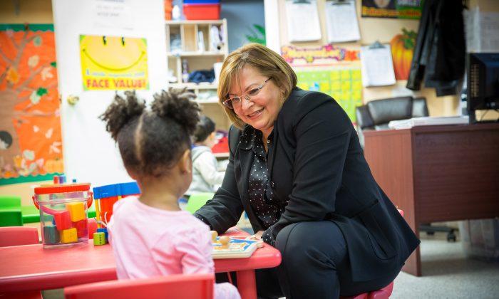 在紐約市布朗克斯(Bronx)創辦兒童治療學習中心「兒童優先」(Our Children First)的小企業主特勒茲(Carla Tellez)和中心的兒童。(Benjamin Chasteen/The Epoch Times)