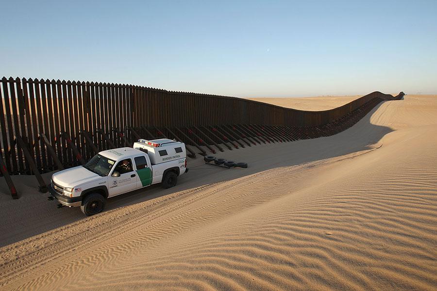 位於美國加州南部的一段美墨邊境牆。(David McNew/Getty Images)