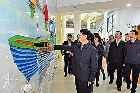 去年11月底,時任中共政法委書記的孟建柱曾到海南紅黃藍國際幼兒園視察。(紅黃藍官網)