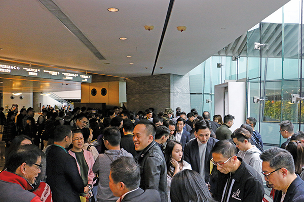 匯璽II上周六發售321伙,當日售出逾95%,超過300伙,套現約40億元。圖為現場排隊的人潮。(陳仲明/大紀元)