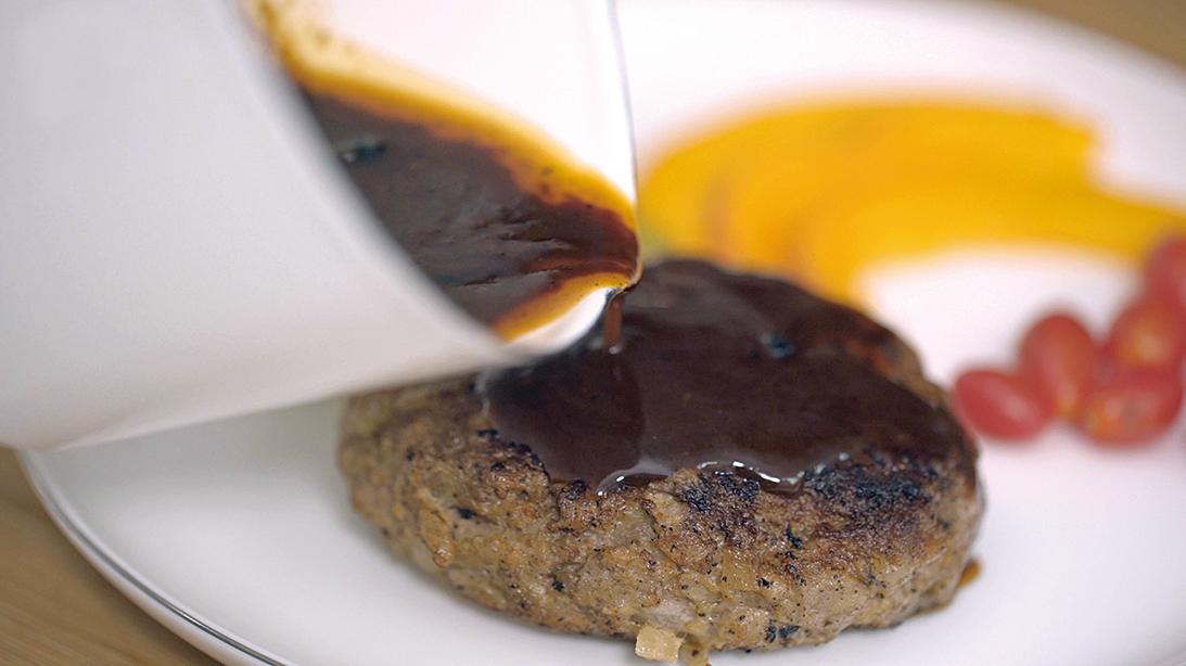 製作漢堡排時,最後再將醬汁淋上,讓漢堡排呈現多層次的美味。