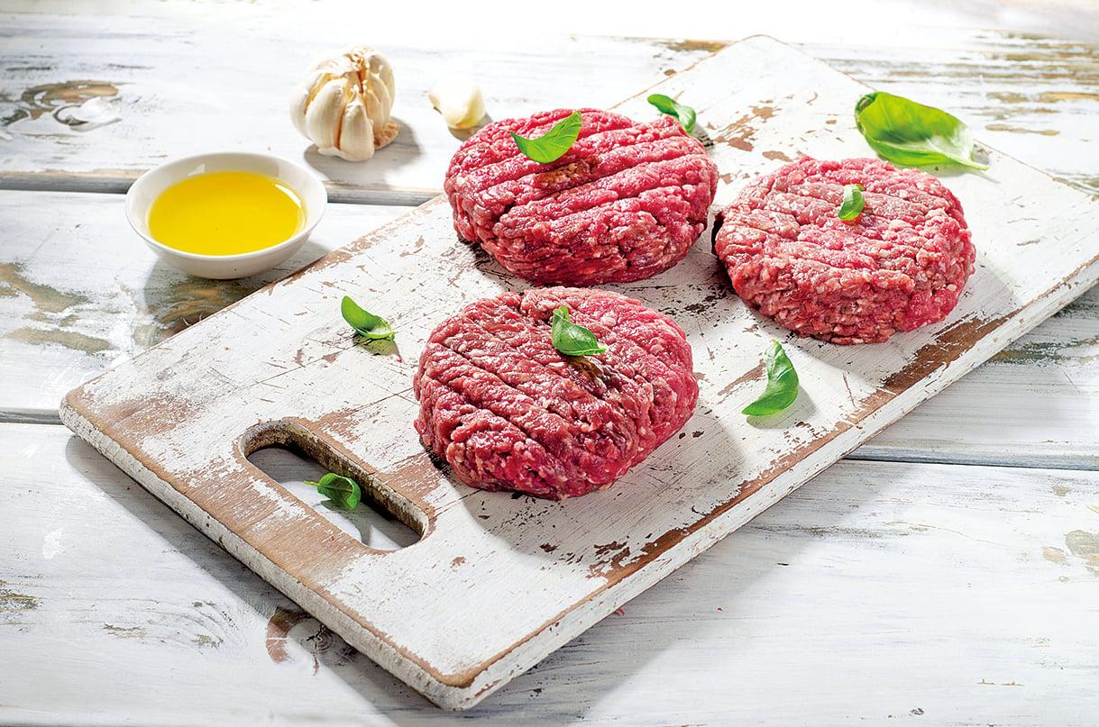 漢堡排要用手打過,這樣吃起來才會較軟嫩。