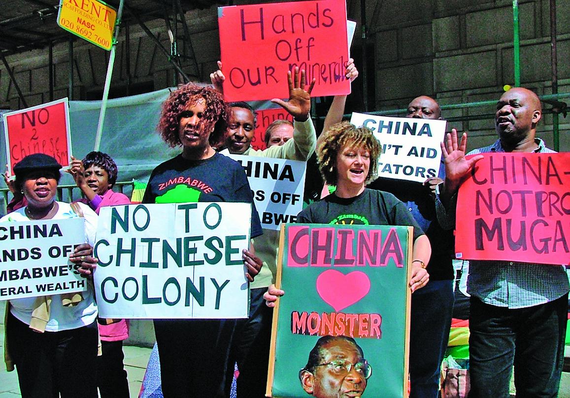 7月29日,津巴布韋人前往中共駐英大使館前抗議中共支持獨裁者穆加貝。(大紀元)