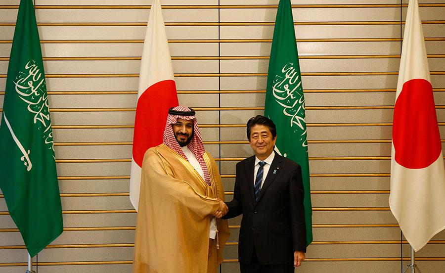 沙特王儲(左)和日本首相安倍(右)。(ISSEI KATO/AFP/Getty Images)