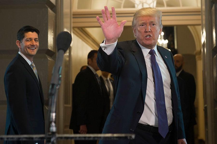 11月16日在美國國會大廈,特朗普總統(右)與國會眾院議長瑞安(左)等共和黨領袖就稅改法案會面。(SAUL LOEB/AFP/Getty Images)
