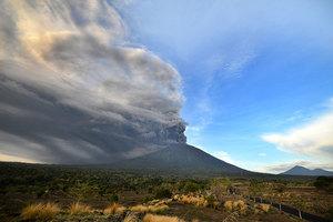 阿貢火山噴發迫近 445航班取消6萬人滯留