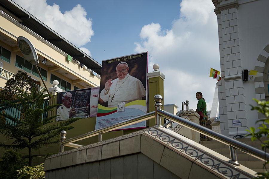 圖為緬甸仰光一間教堂樹立起教宗方濟各的圖像,以示歡迎他的來訪。(LILLIAN SUWANRUMPHA/AFP/Getty Images)
