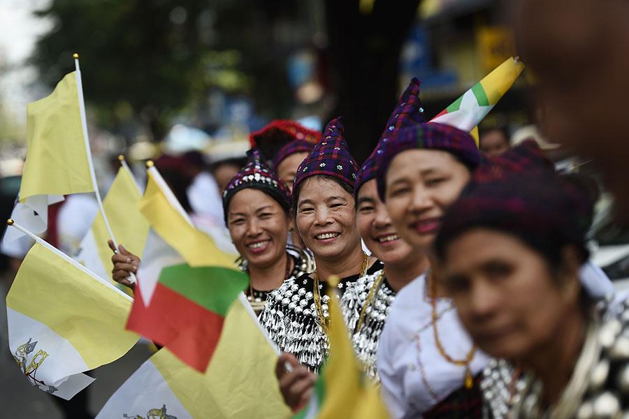 圖為緬甸民眾在仰光街道上等候教宗方濟各的到臨。(YE AUNG THU/AFP/Getty Images)