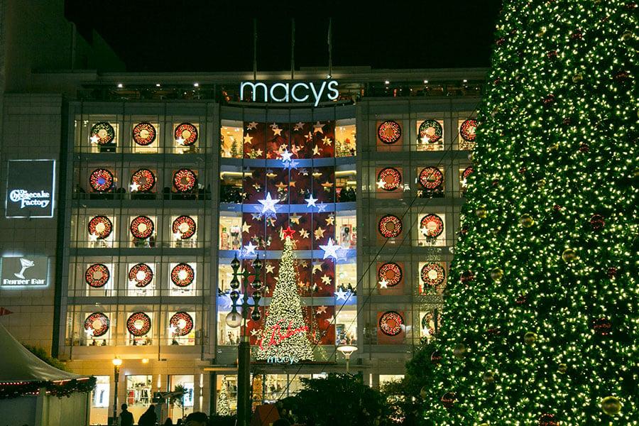 三藩市聯合廣場(Union Square)的2016年聖誕燈飾,後面是梅西百貨店。(曹景哲/大紀元)