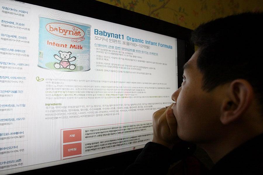 南韓網路專家稱,北韓透過留言隊在南韓網站散播流言蜚語,以製造混亂。圖為一名南韓男子在上網。(JUNG YEON-JE / AFP)