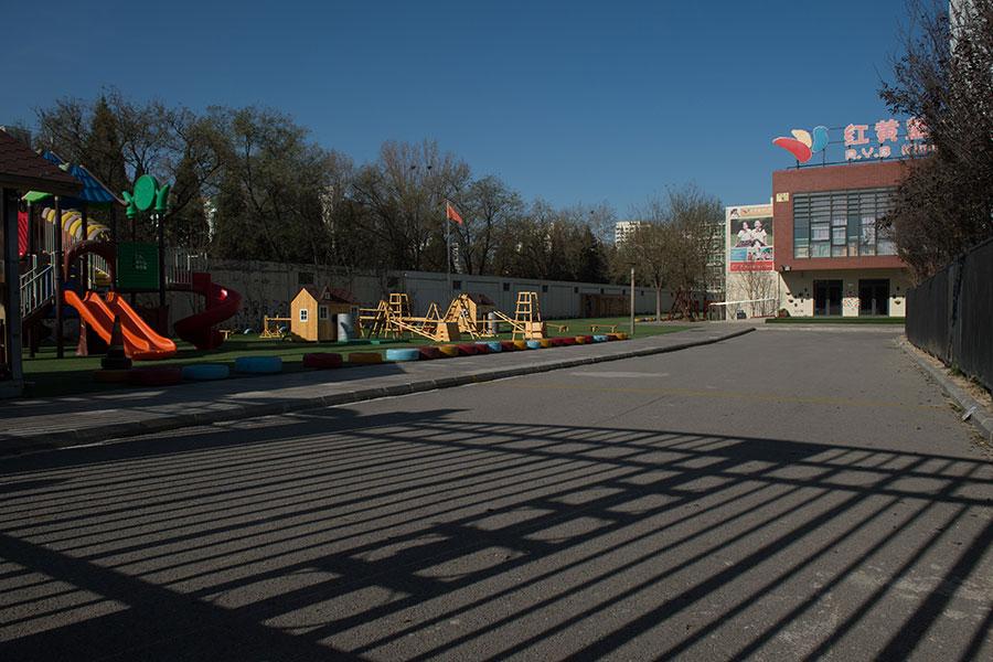 北京紅黃藍幼兒園猥褻虐童醜聞持續發酵,有家長擔心,虐童真相會被當局掩蓋。(NICOLAS ASFOURI/AFP/Getty Images)