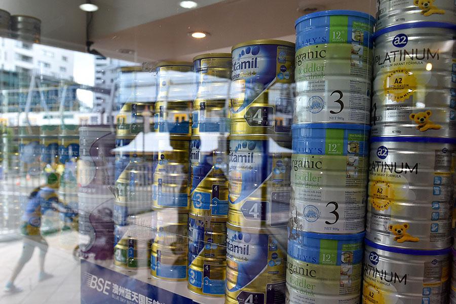 貝拉米有機嬰兒配方奶粉(Bellamy's Organic)在澳洲一罐賣25澳元,而在中國可能賣到84澳元。(SAEED KHAN/AFP/Getty Images)