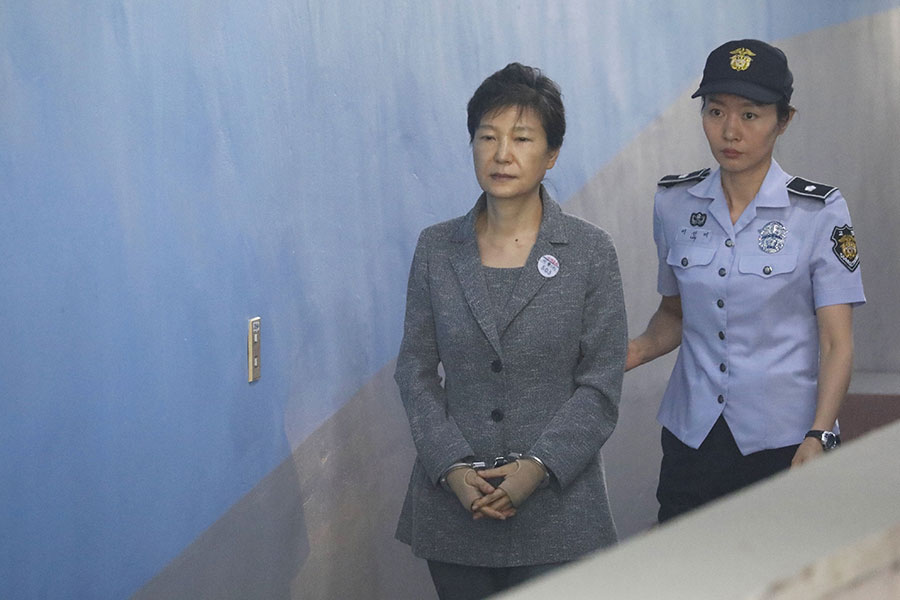 圖為今年8月25日,南韓前總統朴槿惠(左)出席聆訊。(KIM HONG-JI/AFP/Getty Images)