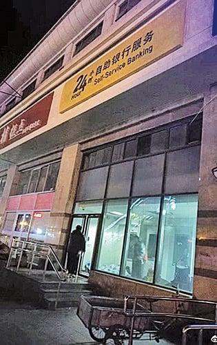 部份無處容身的民眾被拍到在銀行的櫃員機中心內窩居。(網絡圖片)