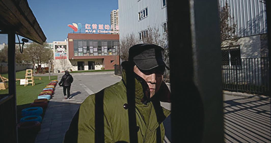 北京「紅黃藍」幼兒園驚爆虐童醜聞引起公憤。作為紐約上市公司,紅黃藍的經營背後還有哪些疑團?(Getty Images)