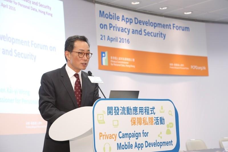 私隱專員黃繼兒表示,手機流動應用程式(Apps)的私隱政策透明度不足,部份程式過度收集個人資料,提醒用戶有責任閱讀其私隱政策。(個人資料私隱專員公署提供)