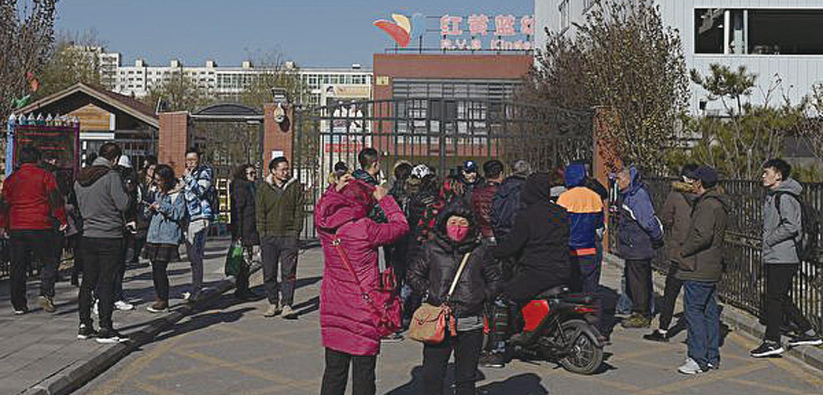 近日,北京朝陽區管莊紅黃藍幼兒園(新天地分園)猥褻、虐童事件遭曝光,事件挑戰著人們的良知底線。圖為家長在向媒體曝光紅黃藍幼兒園虐待、猥褻孩子的真相。(Getty Images)