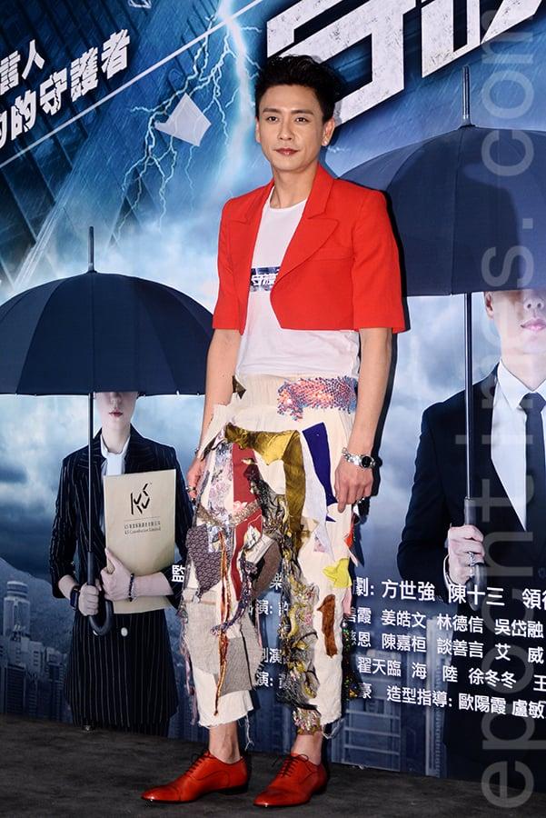 黃宗澤在網劇《守護神》開鏡儀式上,為醒獅主持點睛儀式。(宋碧龍/大紀元)