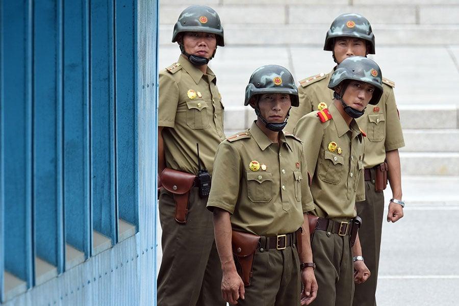 四名在非軍事區的北韓士兵。(JUNG YEON-JE/AFP/Getty Images)