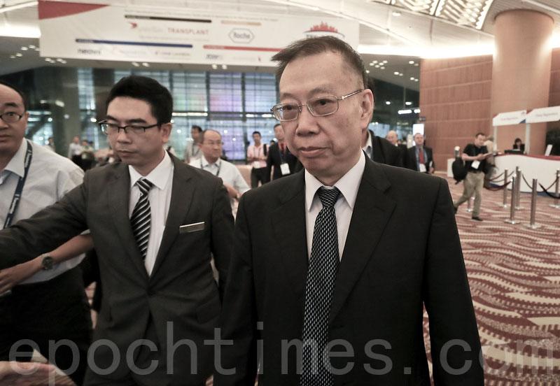 2016年8月18日在香港舉行的國際器官移植大會期間,中共衛生部前副部長黃潔夫(中)在媒體追問其中共活摘器官議題時避而不談。(余鋼/大紀元)