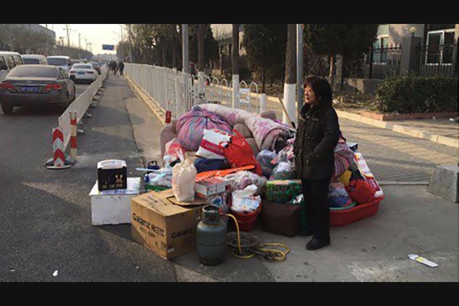 在天寒地凍中,北京南部的農民工從簡陋的住房被粗暴驅逐後,四處尋找落腳的地方。(轉自茉莉花網站)