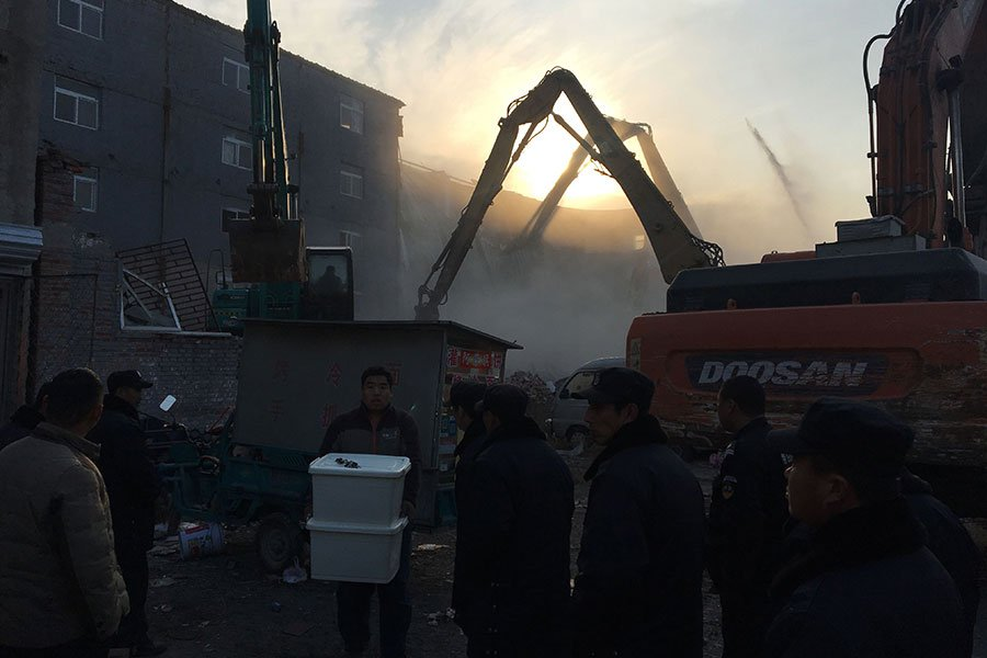 北京大規模粗暴驅趕「外來人口」未停止。民間自發的公益組織想要伸手幫助民眾時,卻被以「沒資質」遭干涉。(RYAN MCMORROW/AFP/Getty Images)